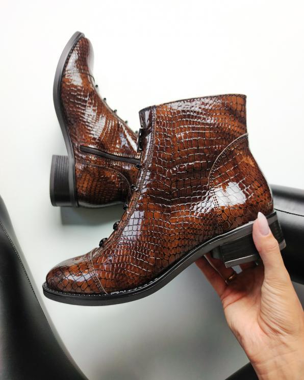 Brązowe botki lakierowane z fakturą krokodyla  043-754-BRAZ-KRO