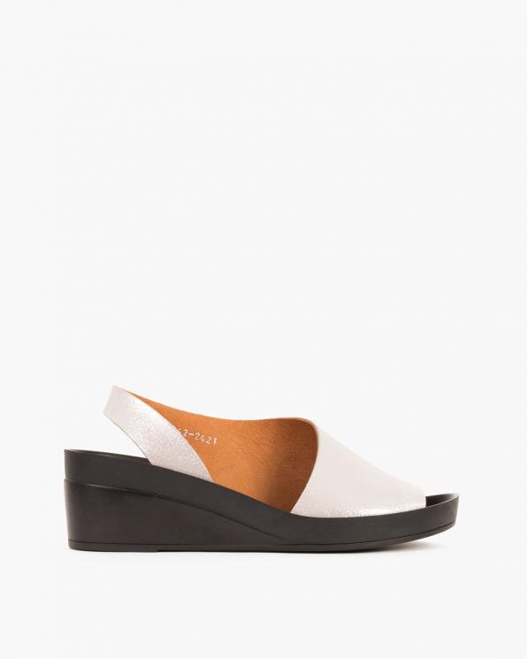 Białe sandały skórzane na koturnie  079 001-342-2421